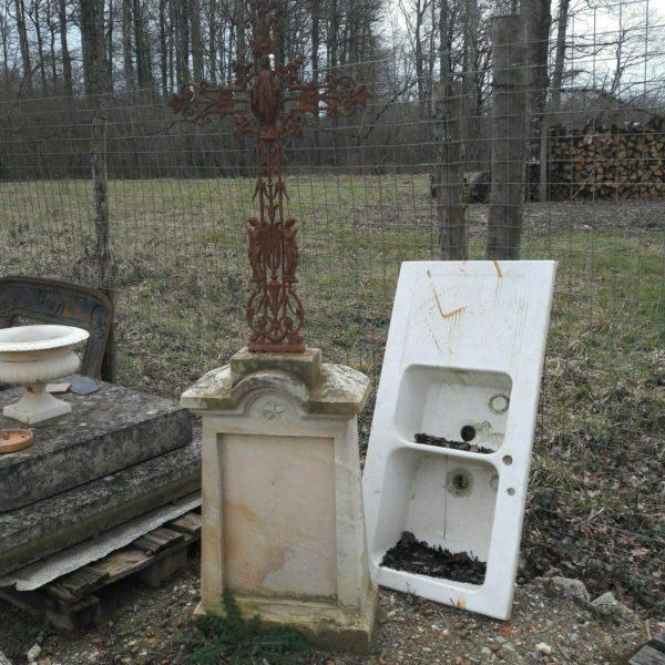 Calvaire en pierre surmonté d'une croix en métal