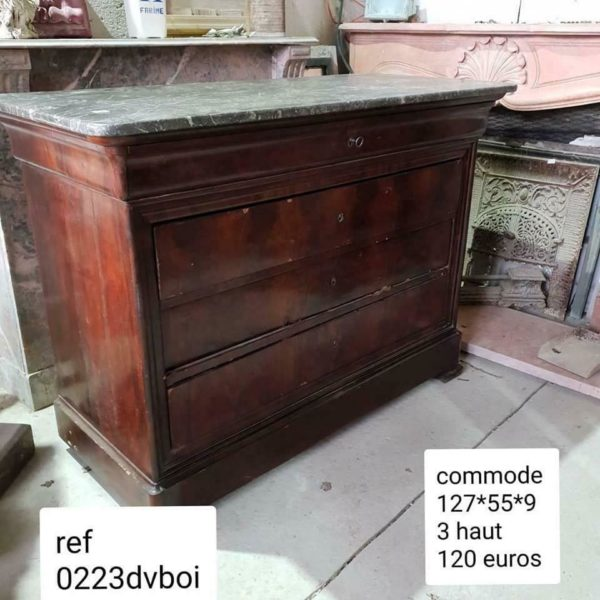 Commode en placage avec plateau en marbre gris veiné de blanc. Chest of drawers in veneer with grey and with marble top.
