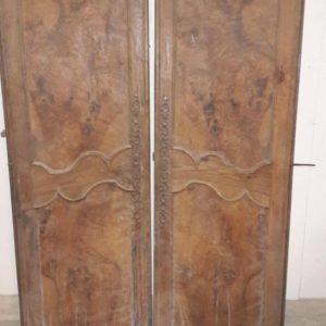 Paire de portes en loupe d'orme Pair of doors in burr elm.