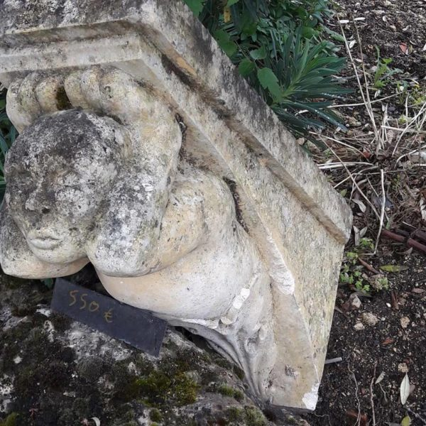 Console en pierre sculptée d'un personnage, pour dessous de balcon ou décoration.