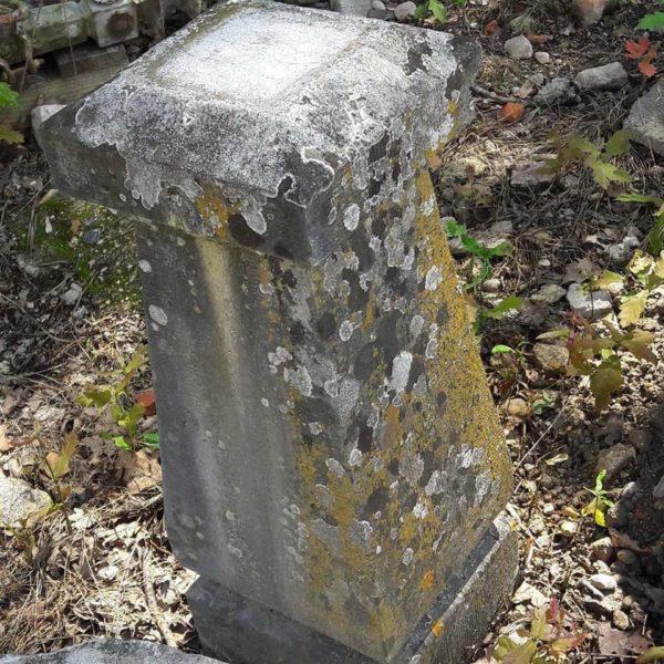 Paire de bornes en pierre naturelle. Pair of stone markers