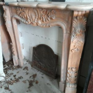 Cheminée en marbre rose et gris richement ornée Pink and grey marble fireplace richly ornamented.