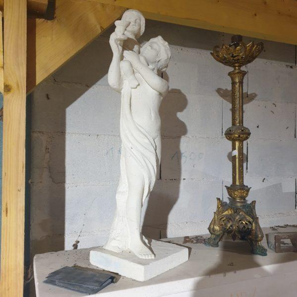sculpture d une femme en pierre naturelle