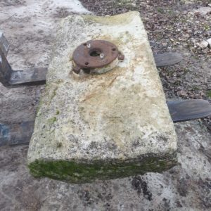 pierre de puits ancienne avec socle pour la pompe / ancient well stone with base for the pump