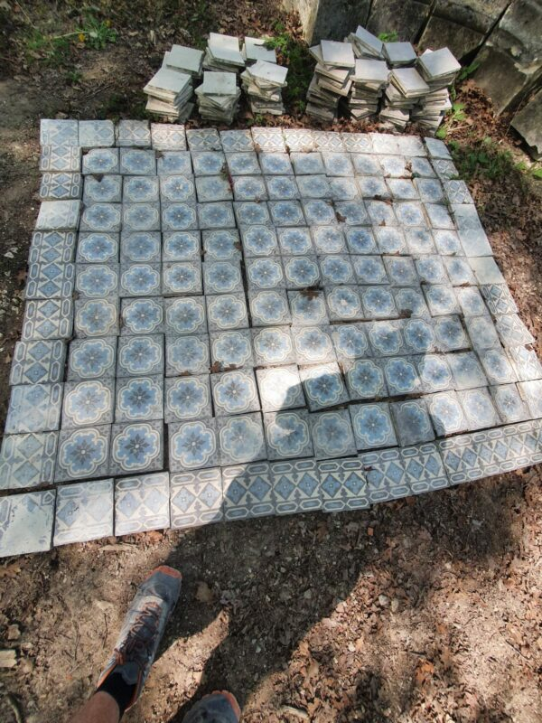 Available this magnificent batch of old cement tiles for 3.2 m2